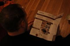 Külaline uurimas Global Tea Hut'i ajakirja